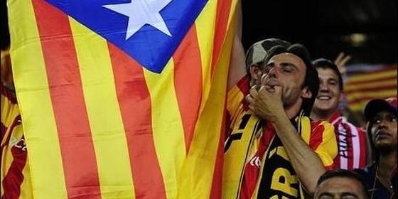 Silbidos al himno, el rey y la bandera de España, en el campo de fútbol.