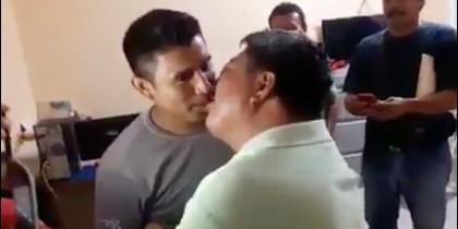 Beso entre taxistas
