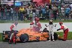 Fernando Alonso se lamenta tras abandonar por una rotura de motor en las 500 Millas de Indianápolis.