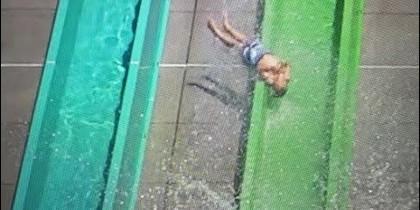 El niño que se cae del tobogán