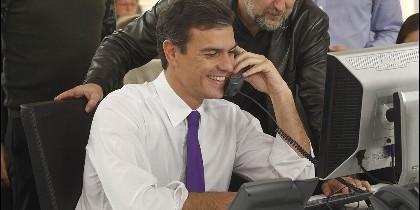 Pedro Sánchez, hablando por teléfono desde la sede del PSOE.