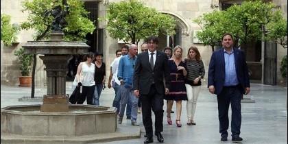 Carles Puigdemont junto a Oriol Junqueras (d), Neus Munté (3d), y Marta Pascal (2d), de Junts pel Sí, Albano Dante-Fachín (3i) de Podemos y Anna Gabriel de la CUP, (2i).