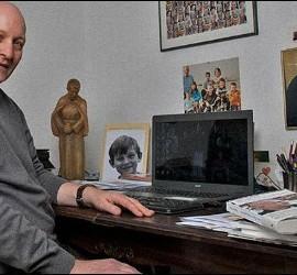 Daniel Pittet, junto a una foto del Papa Francisco
