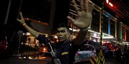 Un militar filipino ante el casino asaltado en Manila.