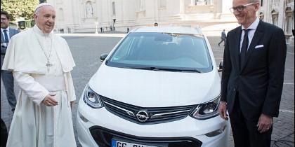 El Papa Francisco, con su nuevo coche eléctrico