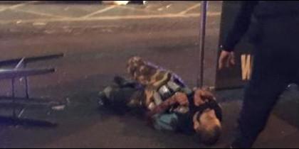 Uno de los terroristas islámicos, con falso chaleco explosivo, abatido en Londres.