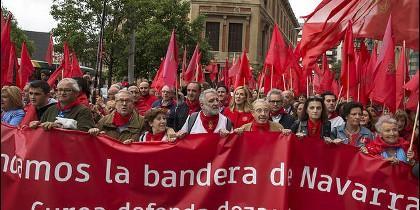 Cabecera de la manifestación en Pamplona en defensa de bandera de Navarra.