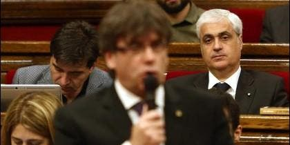 Germà Gordó, en el Parlament de Cataluña, escuchando una soflama independentista de Puigdemont.