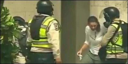 Los sicarios chavistas roban el reloj a una manifestante opositora.