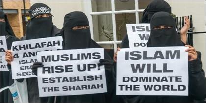musulmanas con velo defienden en Londres la supremacía del Islam.