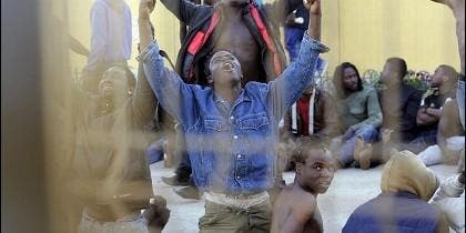 Inmigrantes subsaharianos en el CIE de Melilla.