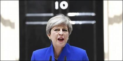 Theresa May ante el 10 de Downing Street.