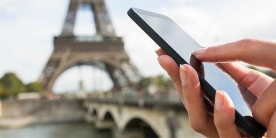 Uso del móvil en París.