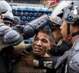 Un manifestante opositor detenido en Venezuela por los sicarios del dictador Nicolás Maduro.