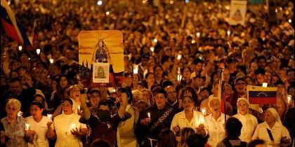 Los venezolanos marchan poor Caracas en protesta por los asesinatos del regimen chavista.