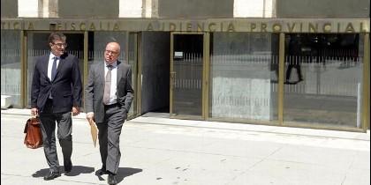 Alfonso Centeno a la salida de la Sede Judicial junto a su abogado