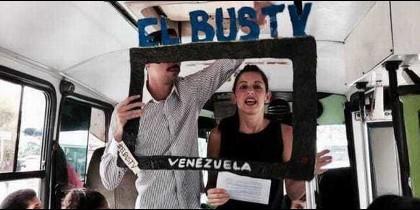 """Laura Castillo, cofundadora de El Bus TV, en plena """"emisión""""."""