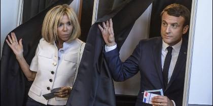 El presidente de Francia, Emmanuel Macron y su esposa, Brigitte.