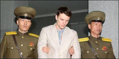 Dos policías norcoreanos conducen a Otto Frederick Warmbier, antes de quedar en coma.