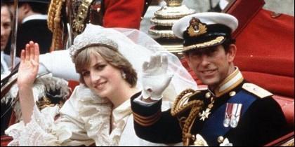 Lady Di con Carlos de Inglaterra, el día de su boda.