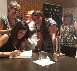 Lucía firmando ejemplares de su libro