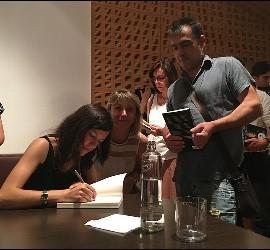 Lucía firmando ejemplares