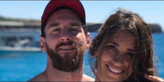 Messi con su novia en Ibiza.