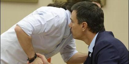 El secretario general de Podemos, Pablo Iglesias, susurra al oido del del PSOE, Pedro Sánchez.