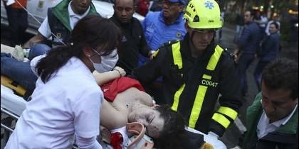 Una mujer es socorrida por un grupo de paramédicos