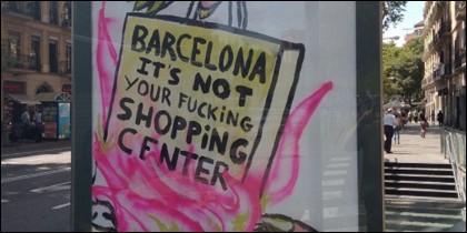 El polémico cartel en una marquesina en Barcelona.