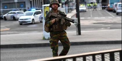 Un soldado belga vigila los accesos a la estación central de Bruselas.