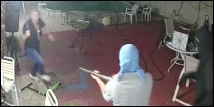 Peralta (iz) carga machete en mano contra el ladrón del rifle.
