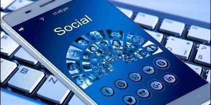 Teléfono móvil, ordenador, Twitter, Facebook y redes sociales.