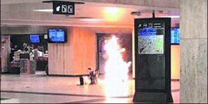La llamarada causada por la explosión del terrorista islámico en la estación de trenes de Bruselas.