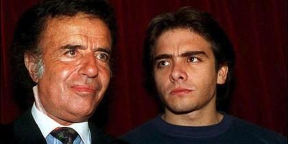 Carlos Menem junior (derecha) era piloto de automóviles, una afición que le heredó a su padre