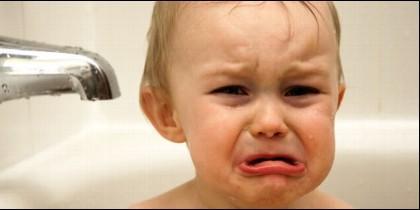 Un bebe llorando.