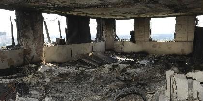 El interior de una planta calcinada por el incendio de la Grenfell Tower.