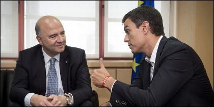 El secretario general del PSOE, Pedro Sánchez, con el comisario europeo de Asuntos Económicos y Financieros, Pierre Moscovici.