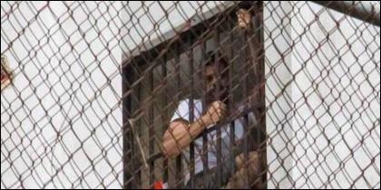 Leopoldo López se asoma a la reja de su calabozo en la prisión de Ramo Verde.