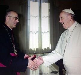Omella y el Papa se saludan