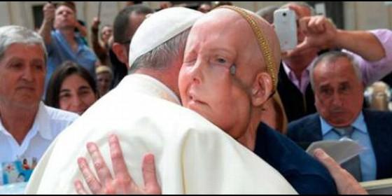 El Papa abraza a una enferma de cáncer