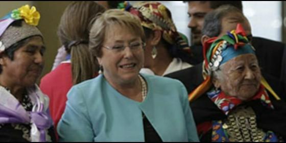 La presidenta chilena, Michelle Bachelet, con mujeres mapuche
