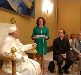 Una de las mujeres se dirige al Papa
