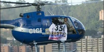 El militar venezolano Oscar Pérez a bordo del helicóptero sublevado contra Maduro.