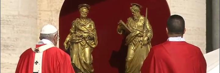 Francisco, ante las estatuas de Pedro y Pablo