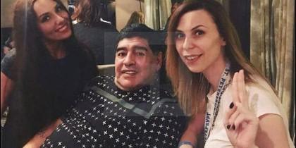 A la izquierda, Ekaterina Nadolskaya, junto a Diego Maradona