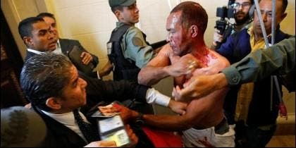 Un sicario chavista, sin camisa, ataca a los diputados opositores en el Parlamento de Venezuela.