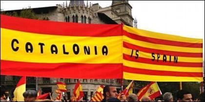 Catalonia is Spain: las banderas de España y Cataluña.