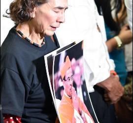 Una feligresa en la visita de Rosa Chávez a la tumba de Romero