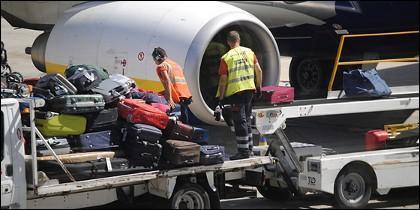 Operadores de maletas en un aeropuerto.
